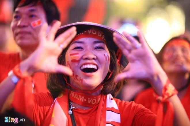 Biển người mừng chiến thắng giữa khuya, Hà Nội, TP.HCM tê liệt Ảnh 32