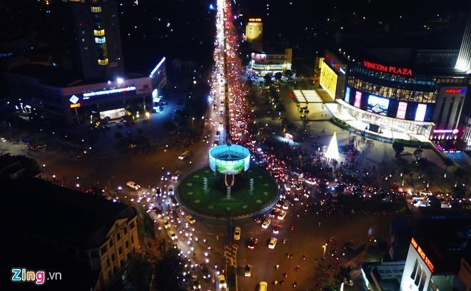 Biển người mừng chiến thắng giữa khuya, Hà Nội, TP.HCM tê liệt Ảnh 48