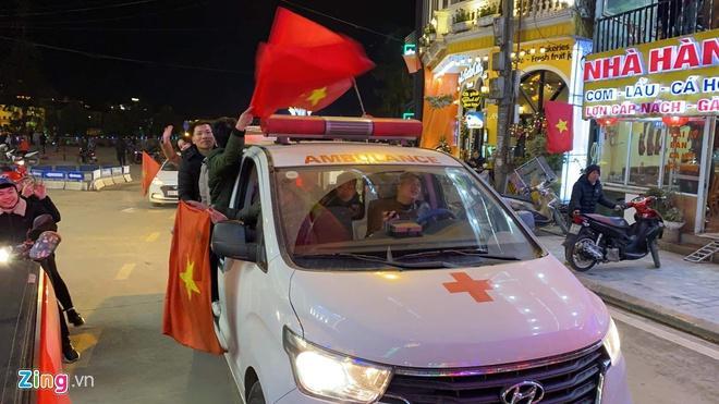 Biển người mừng chiến thắng giữa khuya, Hà Nội, TP.HCM tê liệt Ảnh 75
