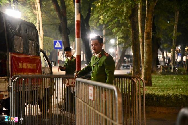 Biển người mừng chiến thắng giữa khuya, Hà Nội, TP.HCM tê liệt Ảnh 18