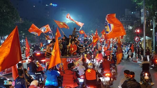Biển người mừng chiến thắng giữa khuya, Hà Nội, TP.HCM tê liệt Ảnh 73