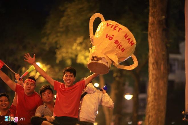 Biển người mừng chiến thắng giữa khuya, Hà Nội, TP.HCM tê liệt Ảnh 68