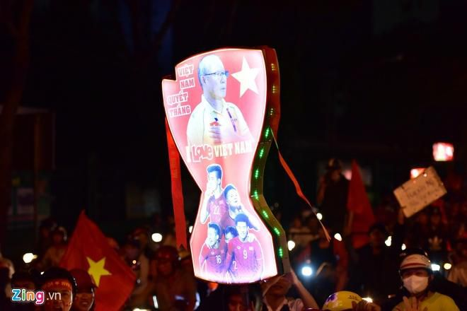 Biển người mừng chiến thắng giữa khuya, Hà Nội, TP.HCM tê liệt Ảnh 35