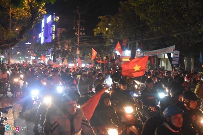 Biển người mừng chiến thắng giữa khuya, Hà Nội, TP.HCM tê liệt Ảnh 51