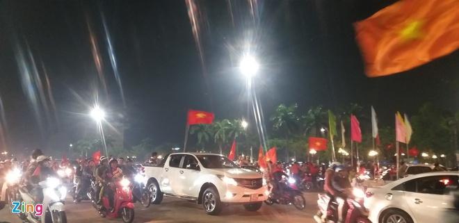 Biển người mừng chiến thắng giữa khuya, Hà Nội, TP.HCM tê liệt Ảnh 24