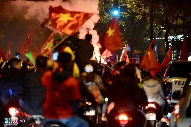 Biển người mừng chiến thắng giữa khuya, Hà Nội, TP.HCM tê liệt Ảnh 46