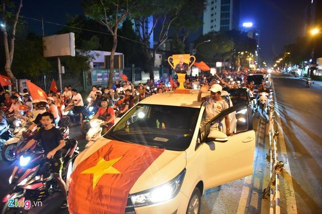 Biển người mừng chiến thắng giữa khuya, Hà Nội, TP.HCM tê liệt Ảnh 25