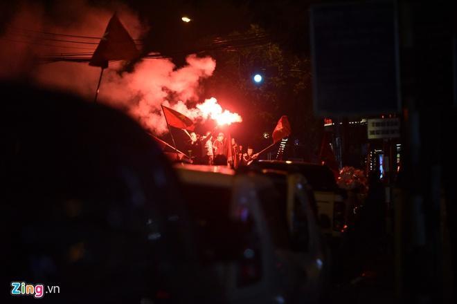 Biển người mừng chiến thắng giữa khuya, Hà Nội, TP.HCM tê liệt Ảnh 45