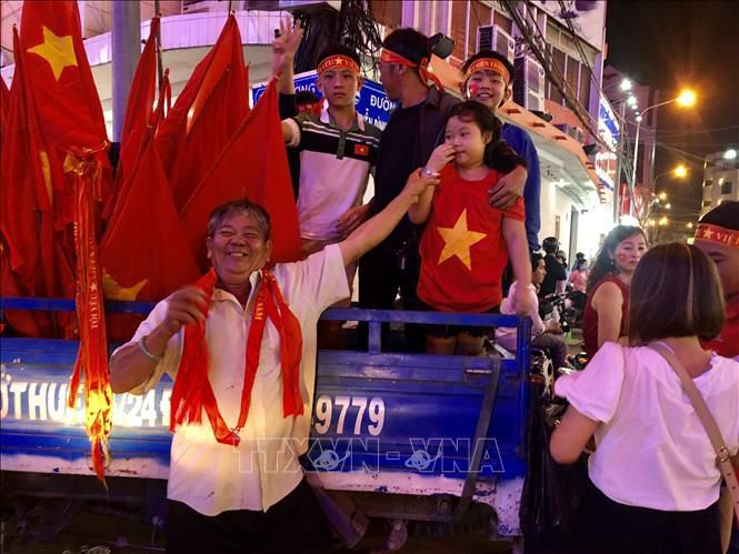 SEA Games 30: Người hâm mộ rộn ràng ăn mừng Việt Nam vô địch Ảnh 2