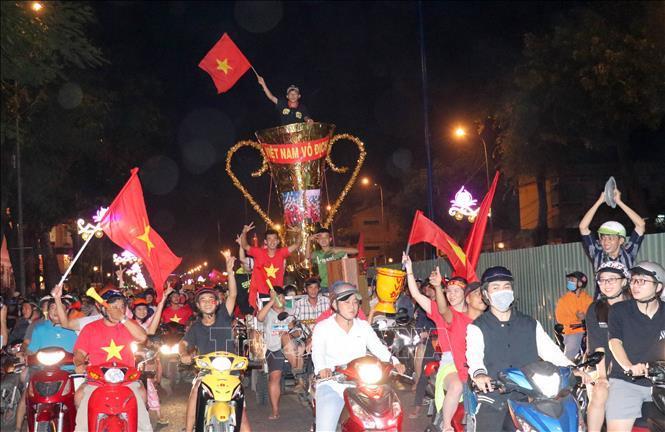SEA Games 30: Người hâm mộ rộn ràng ăn mừng Việt Nam vô địch Ảnh 1