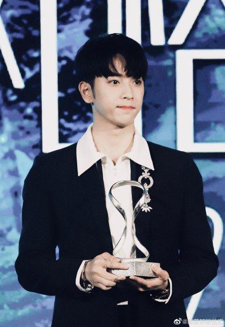 Thảm đỏ 2019 Sina Style Awards: Hứa Ngụy Châu gây chú ý với vest gợi cảm, Nghê Ni quyến rũ với tông vàng Ảnh 32