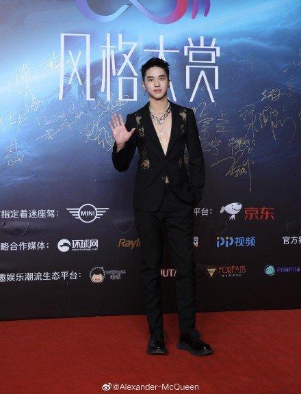 Thảm đỏ 2019 Sina Style Awards: Hứa Ngụy Châu gây chú ý với vest gợi cảm, Nghê Ni quyến rũ với tông vàng Ảnh 9