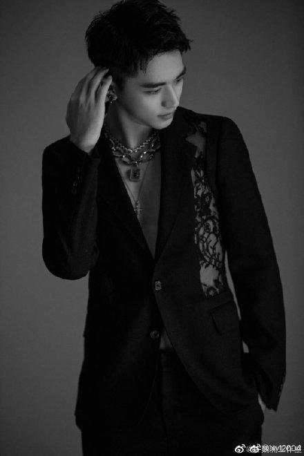 Thảm đỏ 2019 Sina Style Awards: Hứa Ngụy Châu gây chú ý với vest gợi cảm, Nghê Ni quyến rũ với tông vàng Ảnh 11