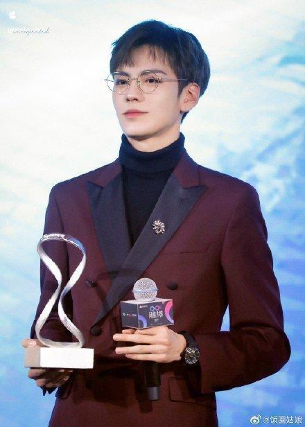 Thảm đỏ 2019 Sina Style Awards: Hứa Ngụy Châu gây chú ý với vest gợi cảm, Nghê Ni quyến rũ với tông vàng Ảnh 19