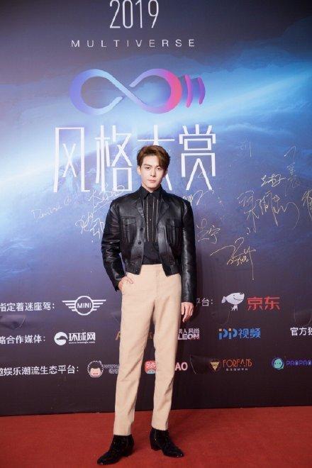 Thảm đỏ 2019 Sina Style Awards: Hứa Ngụy Châu gây chú ý với vest gợi cảm, Nghê Ni quyến rũ với tông vàng Ảnh 6