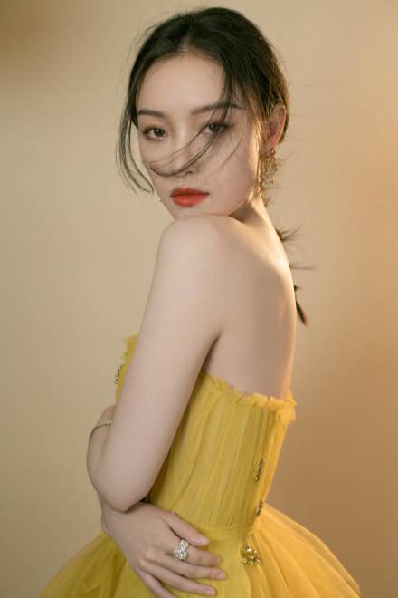 Thảm đỏ 2019 Sina Style Awards: Hứa Ngụy Châu gây chú ý với vest gợi cảm, Nghê Ni quyến rũ với tông vàng Ảnh 26