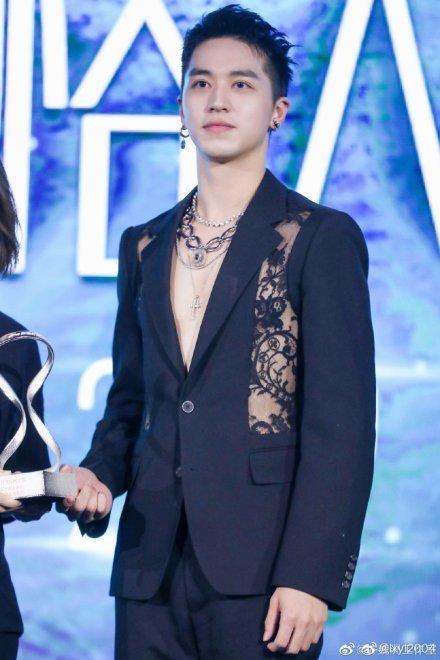Thảm đỏ 2019 Sina Style Awards: Hứa Ngụy Châu gây chú ý với vest gợi cảm, Nghê Ni quyến rũ với tông vàng Ảnh 10