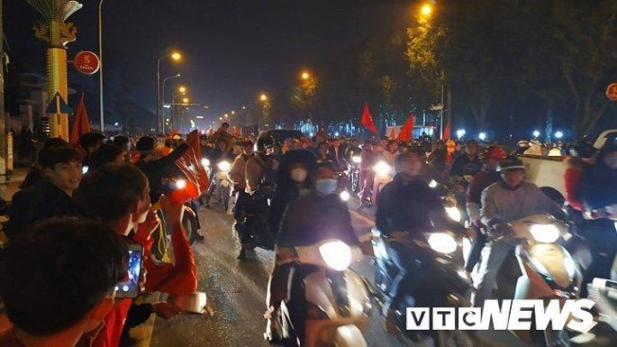 Hàng nghìn cổ động viên mang mâm, vung nồi đổ ra đường mừng chiến thắng U22 Việt Nam Ảnh 7