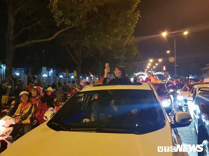 Hàng nghìn cổ động viên mang mâm, vung nồi đổ ra đường mừng chiến thắng U22 Việt Nam Ảnh 15