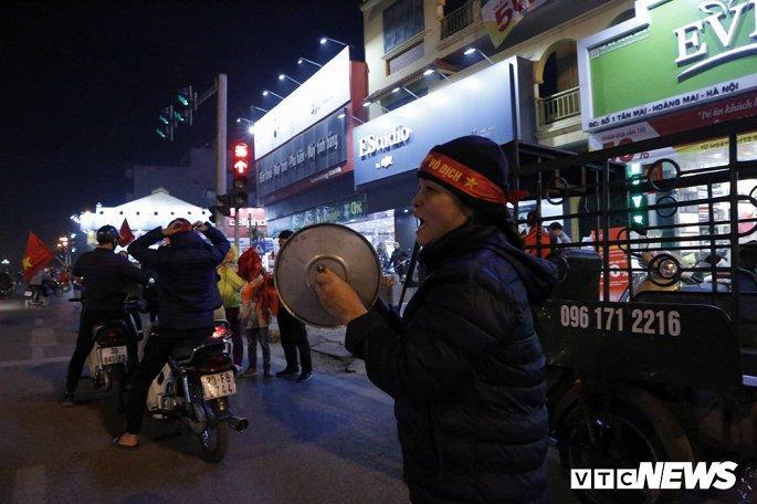 Hàng nghìn cổ động viên mang mâm, vung nồi đổ ra đường mừng chiến thắng U22 Việt Nam Ảnh 1