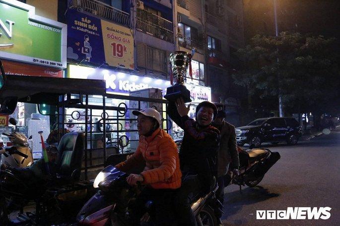 Hàng nghìn cổ động viên mang mâm, vung nồi đổ ra đường mừng chiến thắng U22 Việt Nam Ảnh 5
