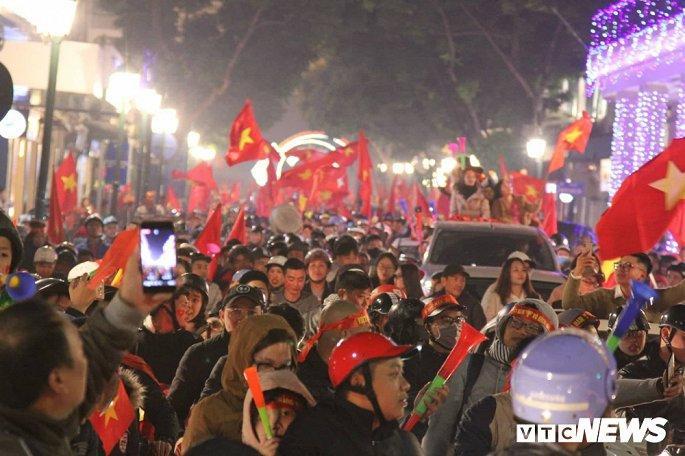 Hàng nghìn cổ động viên mang mâm, vung nồi đổ ra đường mừng chiến thắng U22 Việt Nam Ảnh 3