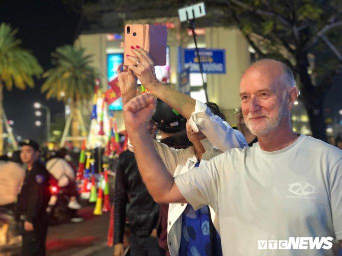 Hàng nghìn cổ động viên mang mâm, vung nồi đổ ra đường mừng chiến thắng U22 Việt Nam Ảnh 10