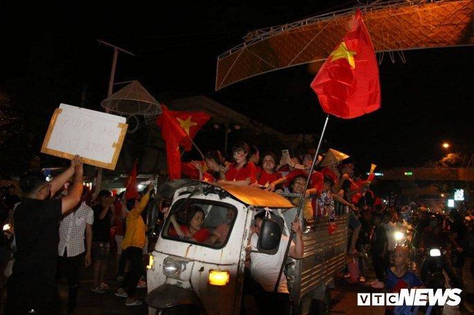 Hàng nghìn cổ động viên mang mâm, vung nồi đổ ra đường mừng chiến thắng U22 Việt Nam Ảnh 16