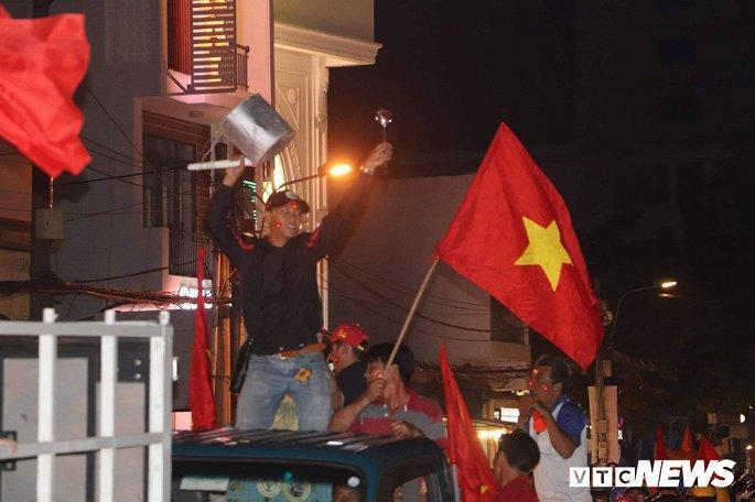 Hàng nghìn cổ động viên mang mâm, vung nồi đổ ra đường mừng chiến thắng U22 Việt Nam Ảnh 18