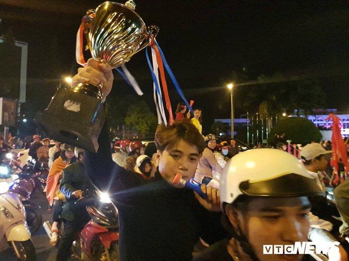 Hàng nghìn cổ động viên mang mâm, vung nồi đổ ra đường mừng chiến thắng U22 Việt Nam Ảnh 13