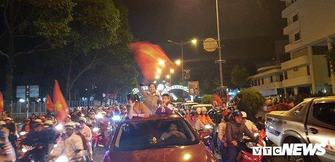 Hàng nghìn cổ động viên mang mâm, vung nồi đổ ra đường mừng chiến thắng U22 Việt Nam Ảnh 14