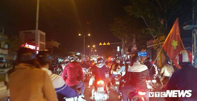 Hàng nghìn cổ động viên mang mâm, vung nồi đổ ra đường mừng chiến thắng U22 Việt Nam Ảnh 12
