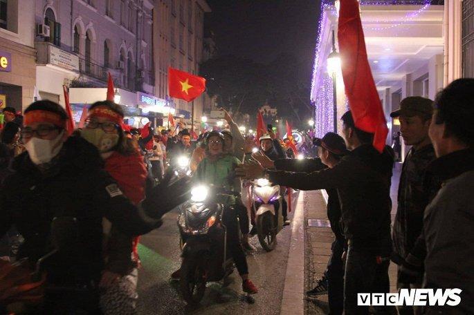 Hàng nghìn cổ động viên mang mâm, vung nồi đổ ra đường mừng chiến thắng U22 Việt Nam Ảnh 4