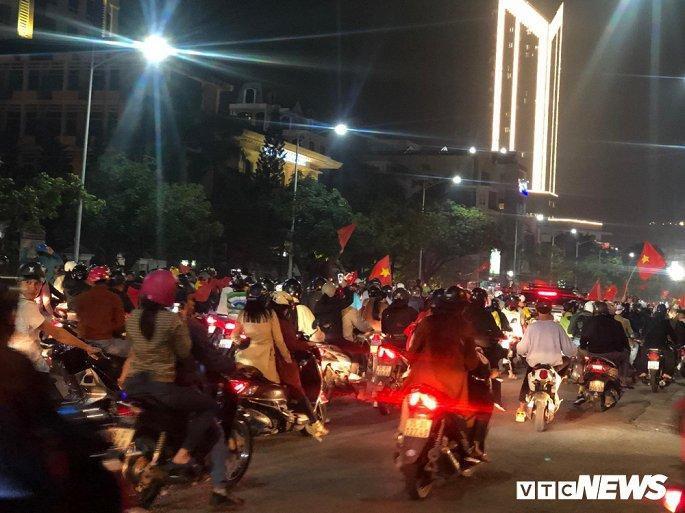 Hàng nghìn cổ động viên mang mâm, vung nồi đổ ra đường mừng chiến thắng U22 Việt Nam Ảnh 9