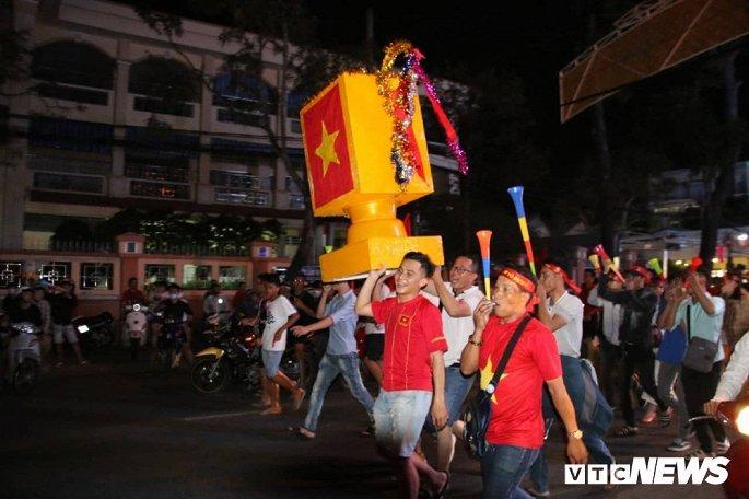 Hàng nghìn cổ động viên mang mâm, vung nồi đổ ra đường mừng chiến thắng U22 Việt Nam Ảnh 17