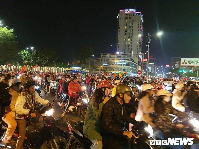 Hàng nghìn cổ động viên mang mâm, vung nồi đổ ra đường mừng chiến thắng U22 Việt Nam Ảnh 11