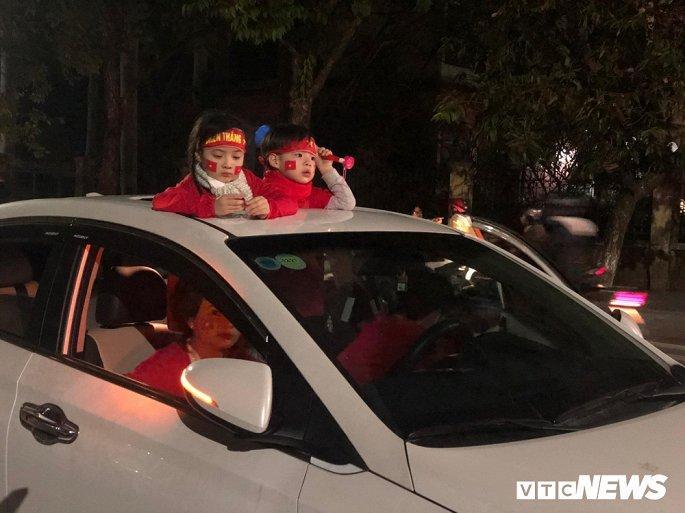 Hàng nghìn cổ động viên mang mâm, vung nồi đổ ra đường mừng chiến thắng U22 Việt Nam Ảnh 8