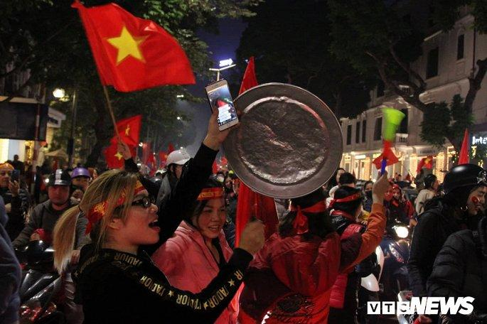 Hàng nghìn cổ động viên mang mâm, vung nồi đổ ra đường mừng chiến thắng U22 Việt Nam Ảnh 2