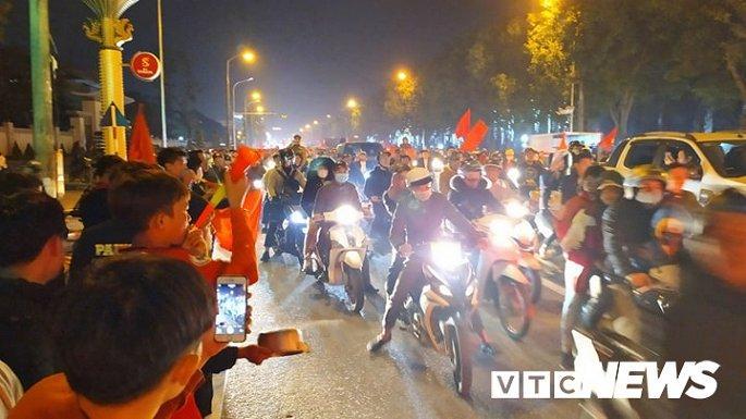 Hàng nghìn cổ động viên mang mâm, vung nồi đổ ra đường mừng chiến thắng U22 Việt Nam Ảnh 6