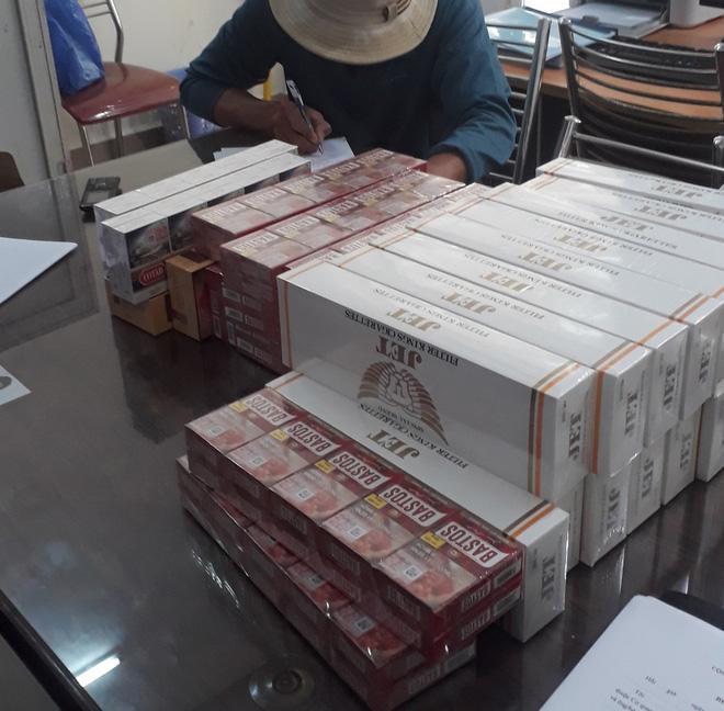 Chủ tiệm tạp hóa cùng người làm công vận chuyển mua bán 73 cây thuốc lá lậu bị phạt 110 triệu đồng Ảnh 1