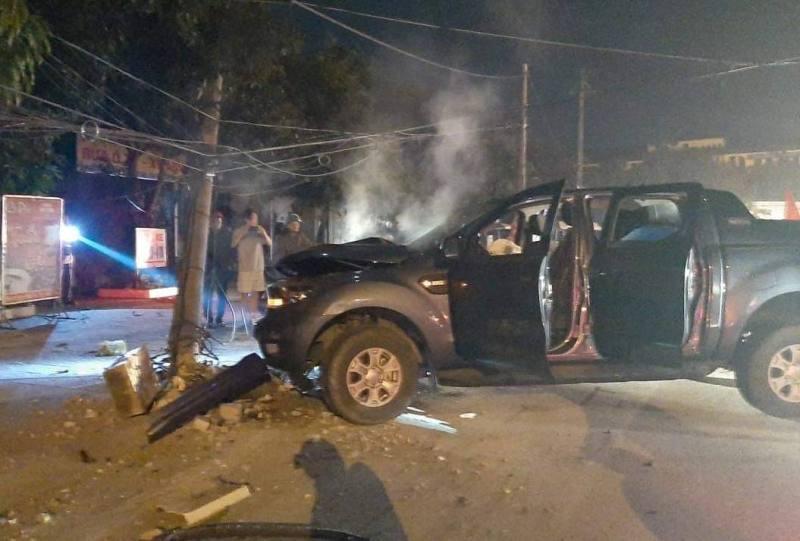 'Đi bão' mừng U22 Việt Nam chiến thắng, xe bán tải đâm gãy cột điện,2 người bị thương Ảnh 1