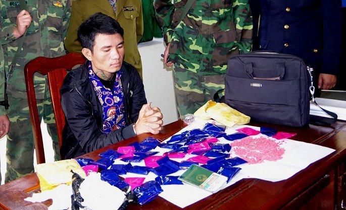Bắt kẻ vận chuyển gần 10.000 viên ma túy từ Lào về Việt Nam Ảnh 1