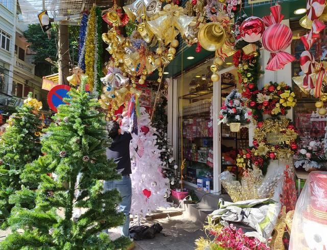 Hà Nội ngập tràn không khí Giáng sinh, giới trẻ đổ xô đến Hàng Mã check-in Ảnh 7