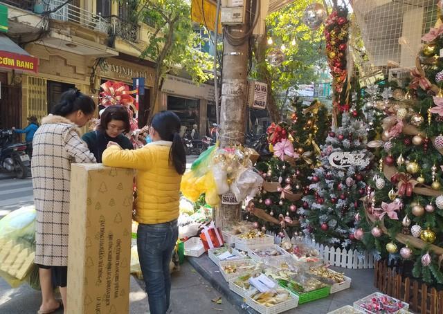 Hà Nội ngập tràn không khí Giáng sinh, giới trẻ đổ xô đến Hàng Mã check-in Ảnh 6