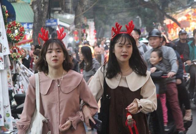 Hà Nội ngập tràn không khí Giáng sinh, giới trẻ đổ xô đến Hàng Mã check-in Ảnh 3