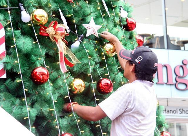 Hà Nội ngập tràn không khí Giáng sinh, giới trẻ đổ xô đến Hàng Mã check-in Ảnh 9