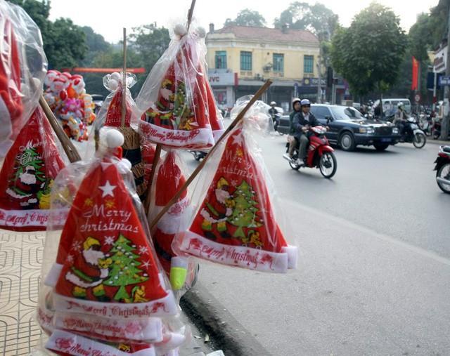 Hà Nội ngập tràn không khí Giáng sinh, giới trẻ đổ xô đến Hàng Mã check-in Ảnh 8