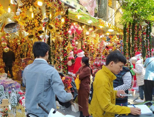 Hà Nội ngập tràn không khí Giáng sinh, giới trẻ đổ xô đến Hàng Mã check-in Ảnh 5