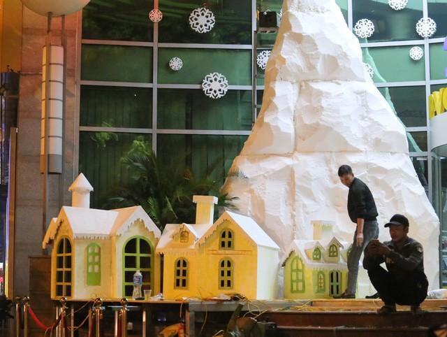 Hà Nội ngập tràn không khí Giáng sinh, giới trẻ đổ xô đến Hàng Mã check-in Ảnh 11