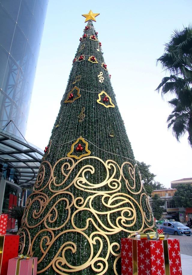 Hà Nội ngập tràn không khí Giáng sinh, giới trẻ đổ xô đến Hàng Mã check-in Ảnh 10